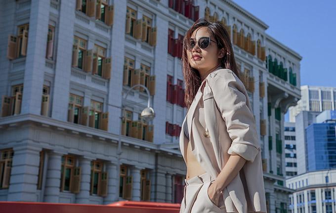 Ninh Hoàng Ngân phanh áo khoe eo thon trên đường phố Singapore.