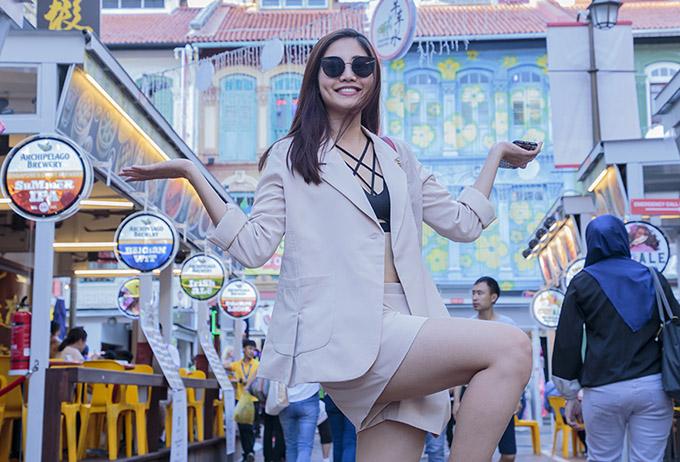 Cô hào hứng khám phá khu phố Tàu - China Town, thưởng thức các món ăn nổi tiếng của người Hoa.