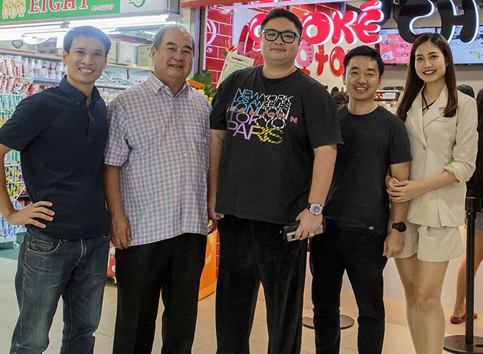 Vợ chồng Ninh Hoàng Ngân chụp ảnh cùng một số người bạn tại Singapore.