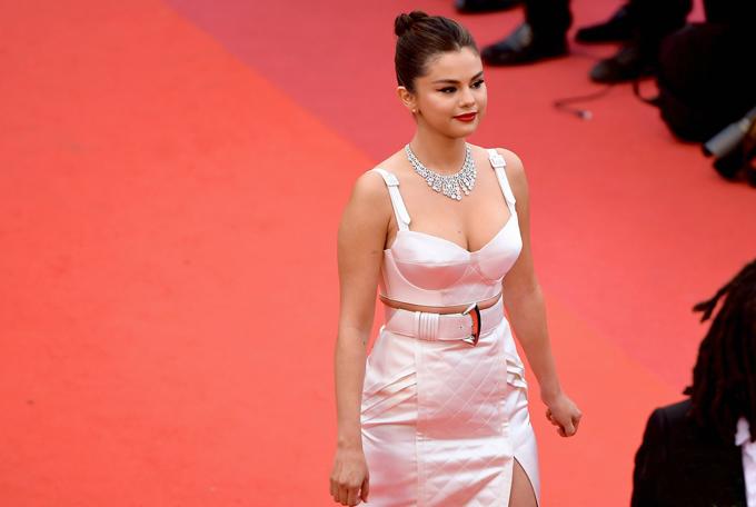 Selena trông như minh tinh thập niên 1980 với cách ăn mặc và trang điểm, làm tóc kiểu cổ điển.