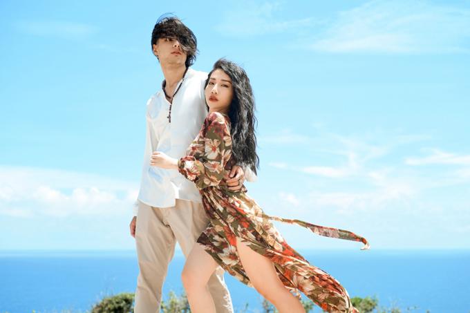 [Caption] Hơn 1 năm sau sản phẩm Tất cả đều thua em, ca sĩ Hằng BingBoong chính thức trở lại đường đua Vbiz với sản phẩm mới mang tên: Yêu đi đừng lo xa. Đây là một ca khúc được viết bởi nhạc sĩ Vũ Ngọc Bích, người đã cùng đồng hành cùng Hằng BingBoong nhiều năm trong sự nghiệp ca hát. Có thể kể đến những lần hợp tác của bộ đôi này như bản hit Rời của Hằng BingBoong kết hợp cùng Trung Quân Idol hay hai ca khúc trong album đầu tiên của Hằng BingBoong là