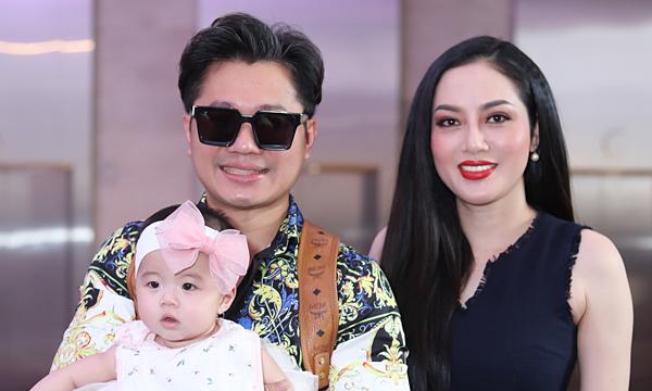 Lâm Vũ lần đầu đi sự kiện cùng vợ hoa hậu và con gái