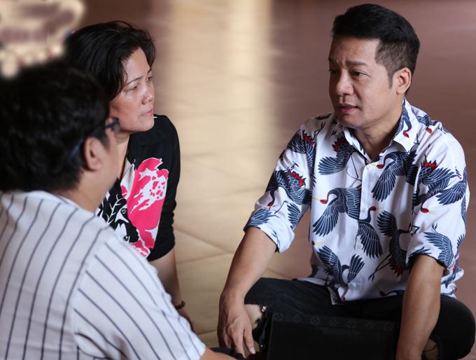 Minh Nhí trò chuyện cùng Gia Bảo và người nhà Minh Nhí tại chùa.