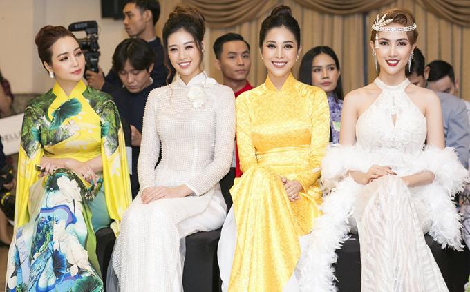 Phan Thị Mơ hội ngộ diễn viên Mai Thu Huyền (ngoài cùng bên trái), người đẹp Khánh Vân (áo dài trắng) và nhiều bạn bè, đồng nghiệp ở sự kiện tối 15/5.