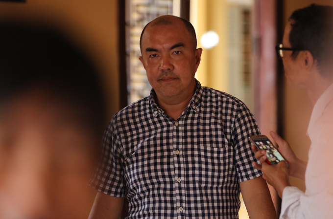 Đạo diễn Quốc Thuận bận nhiều việc nhưng vẫn cố gắng dự lễ 49 ngày của Anh Vũ.