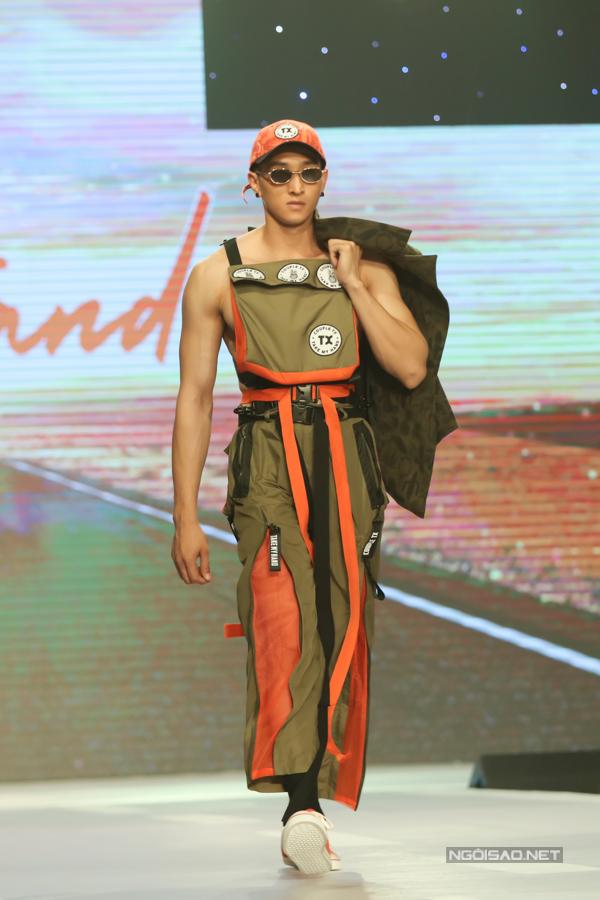 Bên cạnh những mẫu thiết kế đầy cá tính, trẻ trung, bộ sưu tậpcòn đem đến sự khác biệt khi trình làng mẫu thiết kế X-Jacket đầy ấn tượng làm từ chất liệu tái chế, với 50% sợi vải được làm từ vỏ chai nhựa cùng với hơn 10 công dụng trong 1 chiếc áo khoác