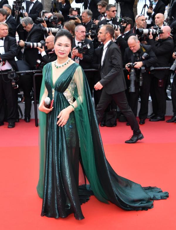 Các thiết kế dài quét đất được nhiều phụ nữ Hoa ngữ yêu thích vì dễ gây chú ý.