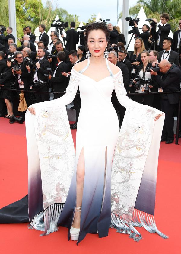 Xiêm y cách điệu từ trang phục truyền thống Trung Quốc cũng thường xuyên được lăng-xê.