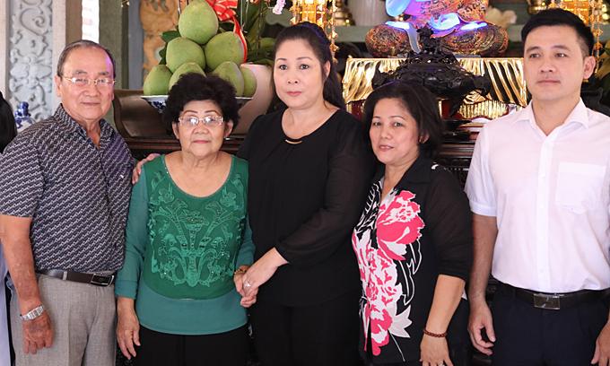 Hồng Vân và gia đình cúng 49 ngày cho Anh Vũ