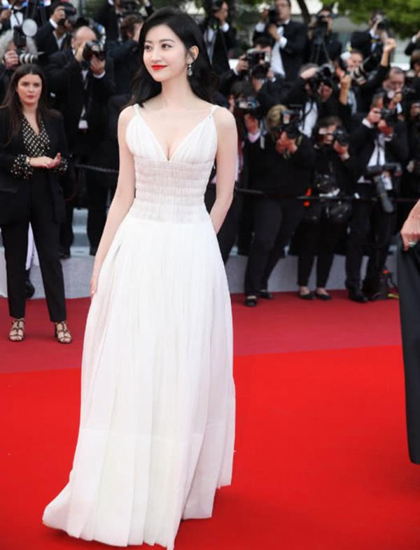 Cảnh Điềm mặc đầm trắng thả dáng trên thảm đỏ Cannes.