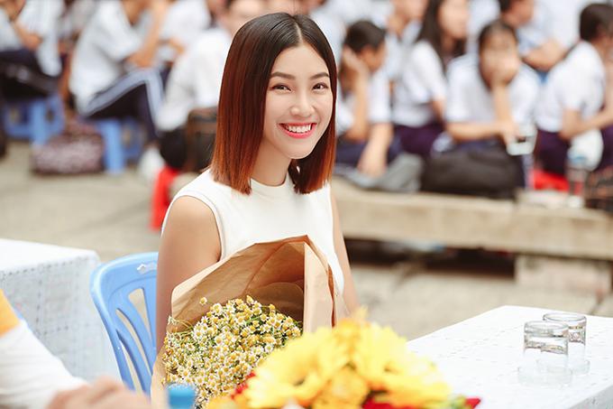 Sau một tuần ra mắt phim, Hoàng Oanh đã xuống tóc. Cô xuất hiện lạ lẫm với mái tóc ngắn và ép trẻ trung.