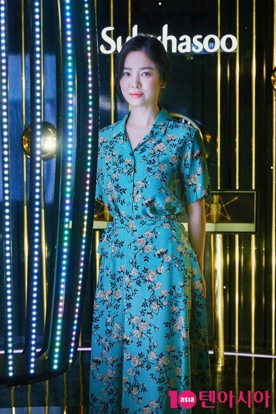 Song Hye Kyo dự khai trương cửa hàng mới của một thương hiệu mà cô là gương mặt đại diện tại Seoul, Hàn Quốc. Nữ diễn viên diện đầm hoa điệu đà, gương mặt trang điểm nhẹ. Tuy nhiên, nhiều ý kiến cho rằng ngôi sao Hàn kém nổi bật trong bộ trang phục này.