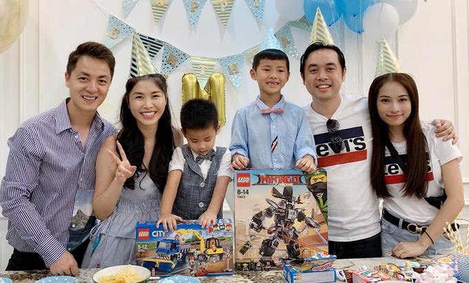 Không chỉ thường xuyên cùng nhau xuất hiện ở các sự kiện giải trí, Dương Khắc Linh còn đưa bạn gái đến các buổi tụ tập bạn bè của mình. Trong ảnh, cả hai mặc áo đôi khi dự sinh nhật con trai Đăng Khôi hồitháng 2/2019.