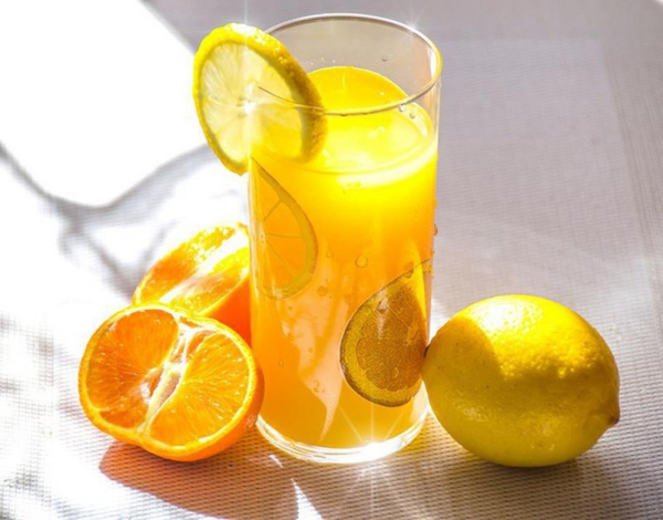 Nước ép cam chanh Hàm lượng vitamin C cao trong hoa quả họ cam chanh giúp chống lại các gốc tự do, làm trắng da hiệu quả.