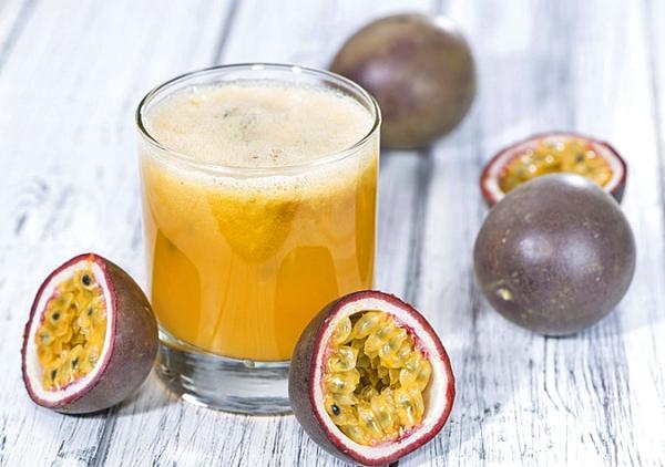 Nước ép chanh leo Chanh leo giàu vitamin và các khoáng chất, giúp dưỡng ẩm và làm đều màu da hiệu quả.