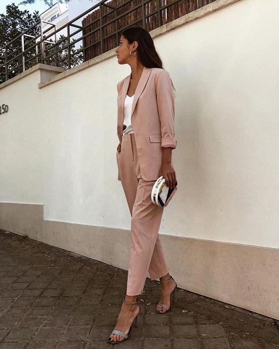 Diện suit xuống phố là một trong những xu hướng thịnh hành ở mùa hè năm nay. Những cô nàng sành điệu cũng không ngừng sáng tạo trong việc mix-match để cách diện vest, blazer khong còn khô khan.