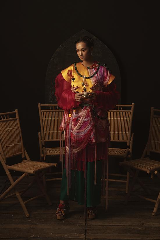 Trong bộ ảnh mới,Thủy Nguyễn hợp tác cùng stylist trẻ tốt nghiệp top 3 của học viện mỹ thuật ở San Francisco, hiện đang làm việc tại New York.
