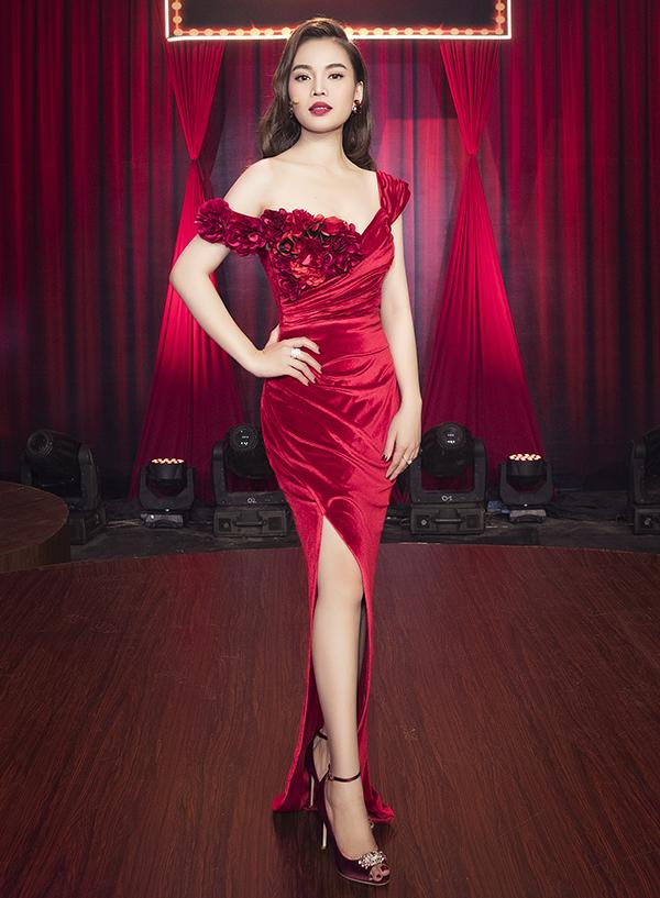 Cô đầu tư nhiều chiếc váy thướt tha do các nhà thiết kế nổi tiếng như Lê Thanh Hòa, Tăng Thành Công, Lưu Ngọc Kim Khanh thực hiện riêng.