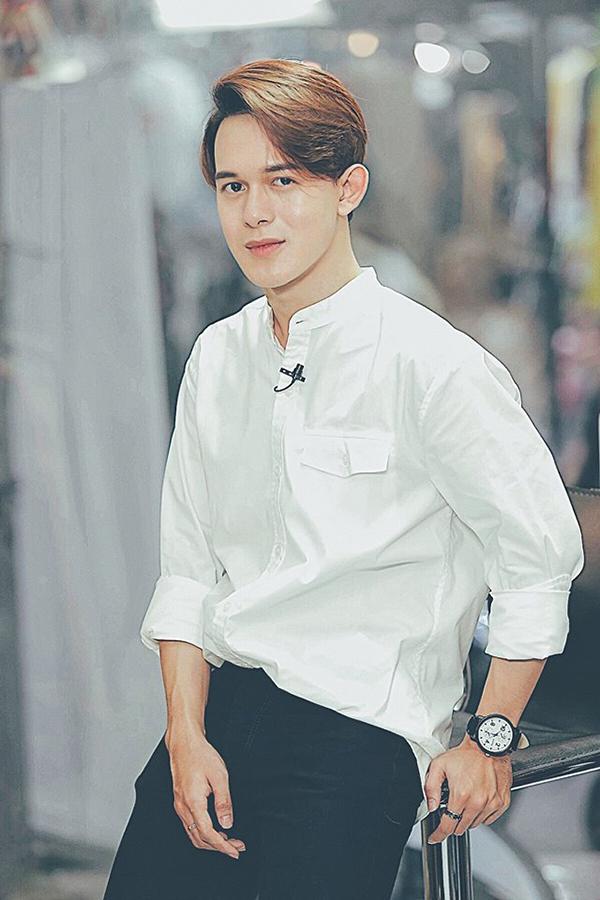 Vẻ đẹp trai ở đời thường của Quang Anh.