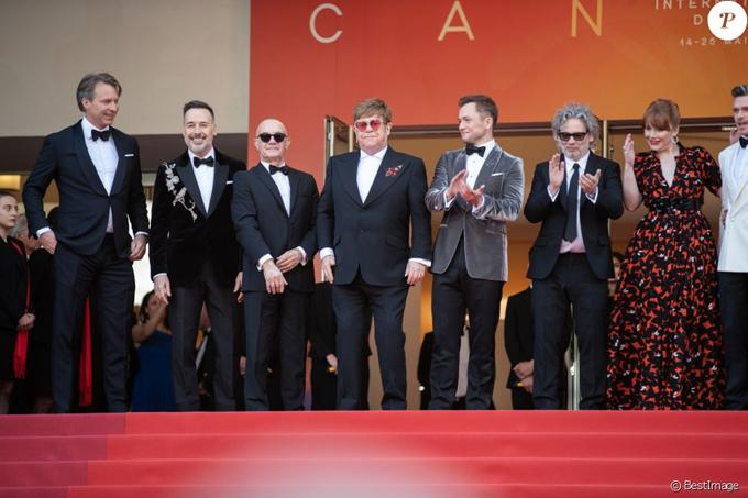 Rocketman là bộ phim tiểu sử âm nhạc tái hiện cuộc đời Elton John thời trẻ, từ niềm đam mê âm nhạc đến những góc khuất trong cuộc sống riêng như trầm cảm, lạm dụng rượu và đồng tính. Tài tử Taron Egerton (thứ 5 từ trái sang) đóng vai Elton John.