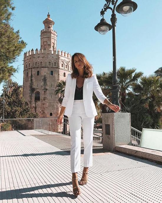 Bên cạnh giầy thể thao tạo hình ảnh trẻ trung, khoẻ khoắn, suit mùa hè thường được kết hợp cùng các kiểu sandal cao gót, sandal quai mảnh.