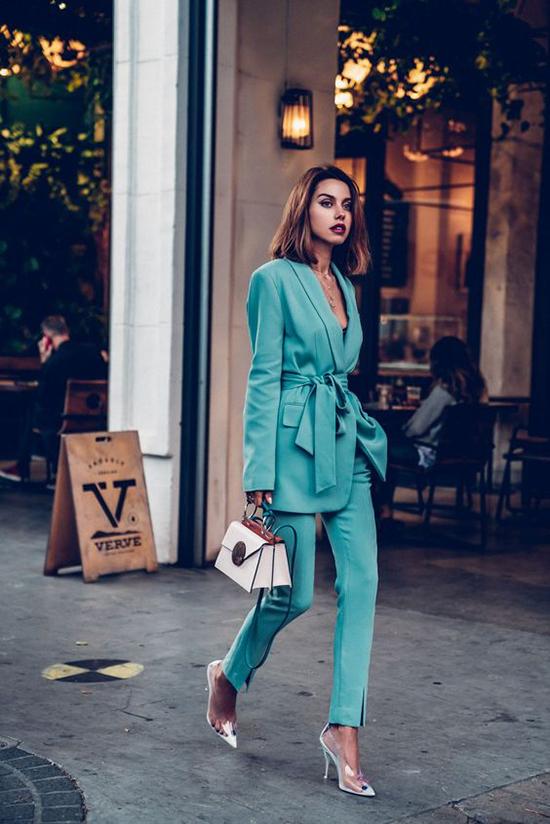 Nếu là một cô nàng yêu những xu hướng mới thì các nàng cũng không thể bỏ qua các kiểu blazer thắt eo điệu đà.