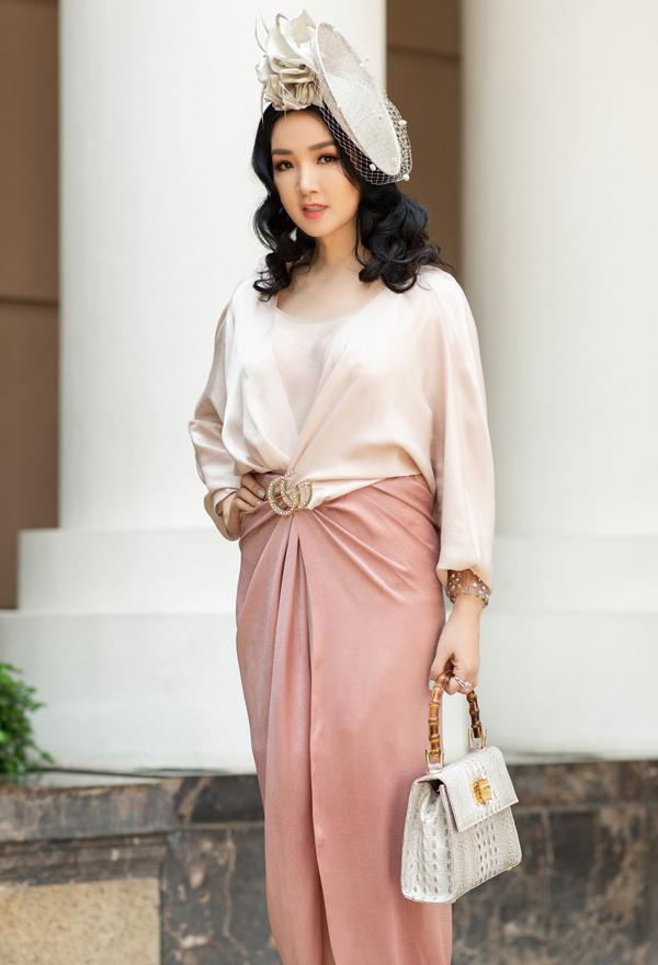 Hoa hậu đền Hùng Giang My chọn phong cách cổ điển đi tiệc sinh nhật.