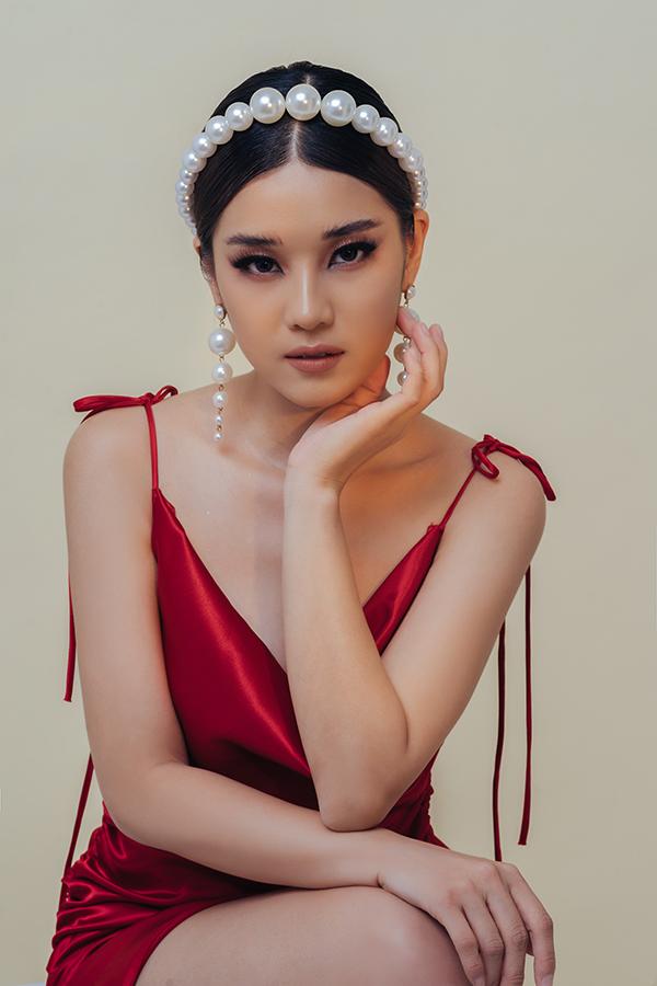 Sau 5 năm gắn bó với vẻ ngoàilí lắc trẻ thơ, Hoàng Yến Chibi ngày càng chứng minh sự đa dạng hình tượng của bản thân. Nữ ca sĩ gần đây thực hiện một bộ ảnh mới mang phong cách gợi cảm và thần bí.