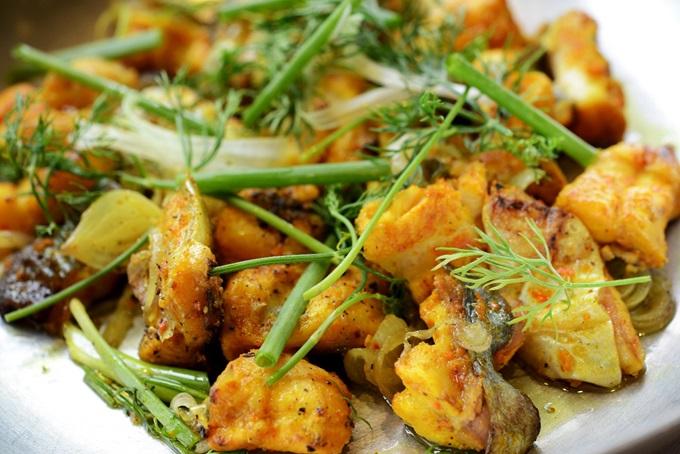 Sự kết hợp độc đáo của món chả cá tạo nên mỹ vị khó quên. Thịt cá được lọc kỹ xương, ngọt dịu, vàng thơm và thấm gia vị. Rau thì là, hành hoa cắt khúc đảo lẫn trong chảo cá nóng. Khi ăn kết hợp với bánh đa nướng, bún và mắm tôm - thứ không thể thiếu giúp tạo hương vị đậm đà.