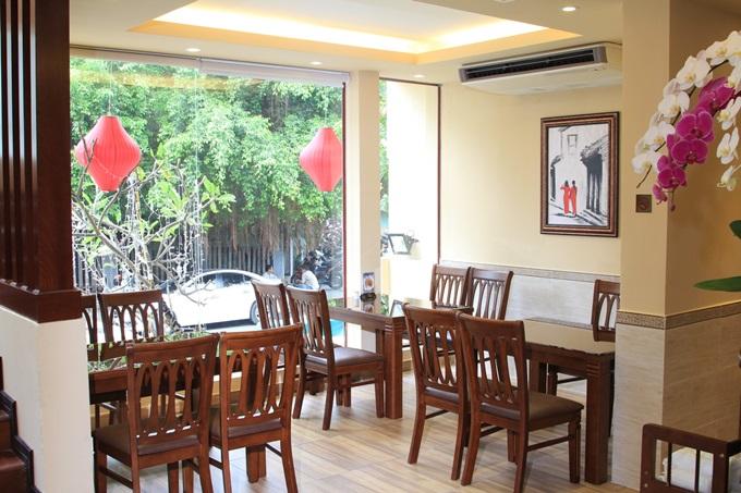 Không chỉ là điểm đến cho du khách muốn thưởng thức đặc sản Việt, chả cá Lã Vọng còn là món ăn giản dị, gần gũi với thực khách TP HCM. Nhà hàng cũng là nơi lui tới của các nhân viên văn phòng và gia đình.