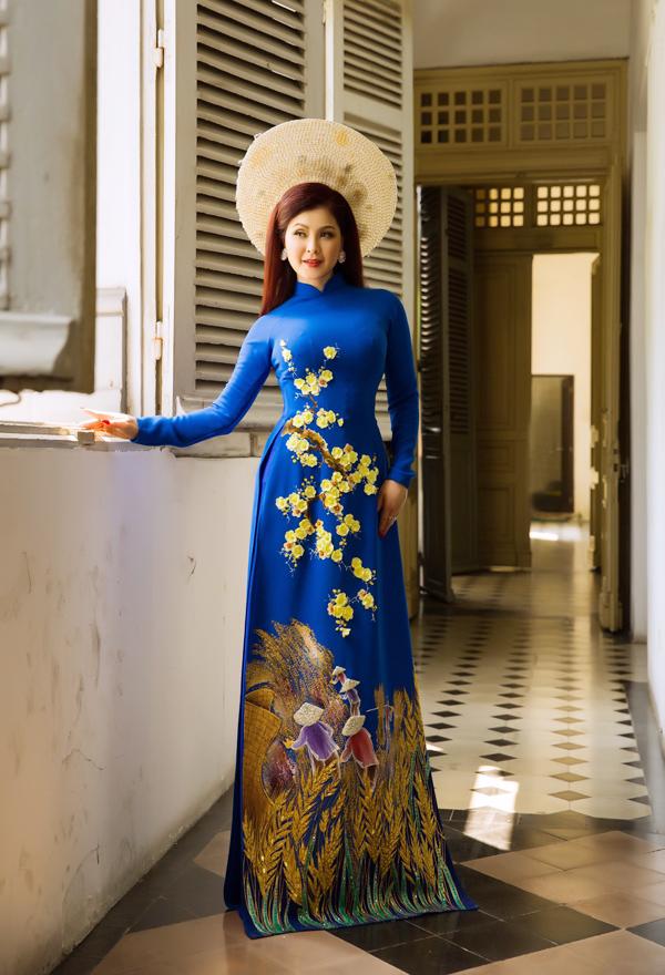 Duy trì phom dáng truyền thống, tác giả sử dụng nhiều màu sắc đa dạng cho bộ sưu tập như đỏ, vàng, xanh, trắng..., đem lại nhiều lựa chọn phong phú cho người mặc.