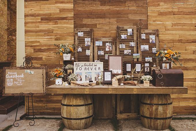 Bàn gallery được trang trí bởi ảnh của uyên ương và hoa tươi.Điều khó khăn là chúng tôi cần lên kế hoạch, sơ đồ trang trí chi tiết ở tư gia chú rểđể đáp ứng đúng yêu cầu của uyên ương.Chúng tôi đã tìm đến xưởng để đặt làm đồ gỗ, có tông màu gỗ nâu hơi cũ và nhận đồ sau 2 tuần.