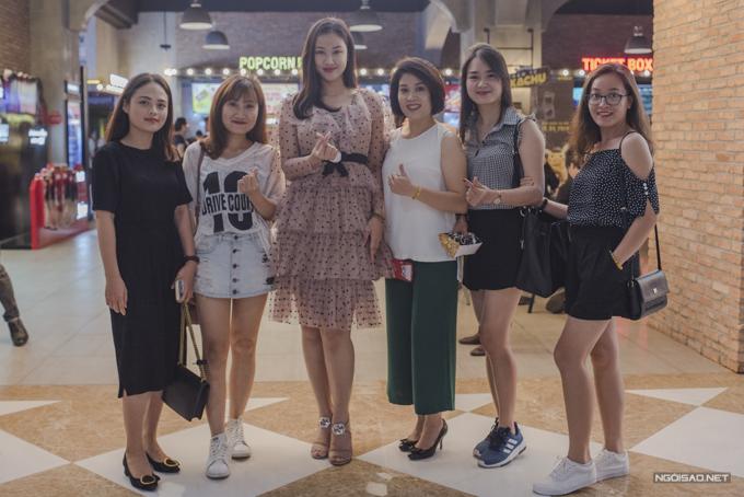 Nữ ca sĩ tiết lộ, một nhóm bạn thân của cô đã bao trọn rạp chiếu để chúc mừng bộ phim nghệ thuật của cô ra mắt tại Việt Nam.