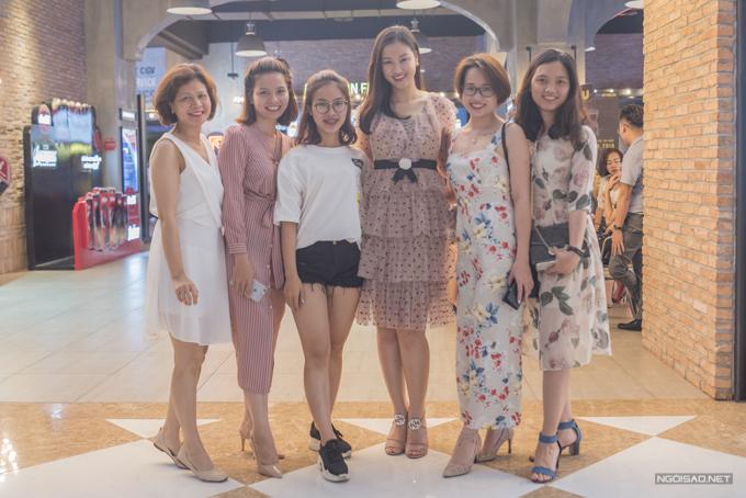 Tối 18/5, Maya cùng bạn bè và người hâm mộ ra rạp xem phim Vợ ba do cô đảm nhận một trong ba vai chính.