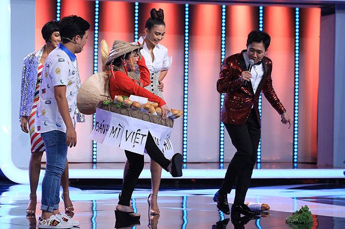 Cô cũng bắt chước cú xoay người của HHen Niê nhưng lại khiến bánh mì, rau xà lách văng tung tóe trên sân khấu.