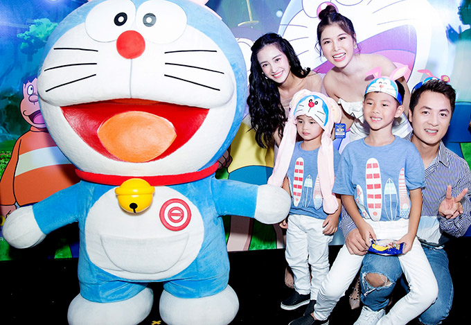 Gia đình Đăng Khôi hội ngộ diễn viên Jun Vũ trong buổi ra mắt phim Doraemon: Nobita và mặt trăng phiêu lưu ký.