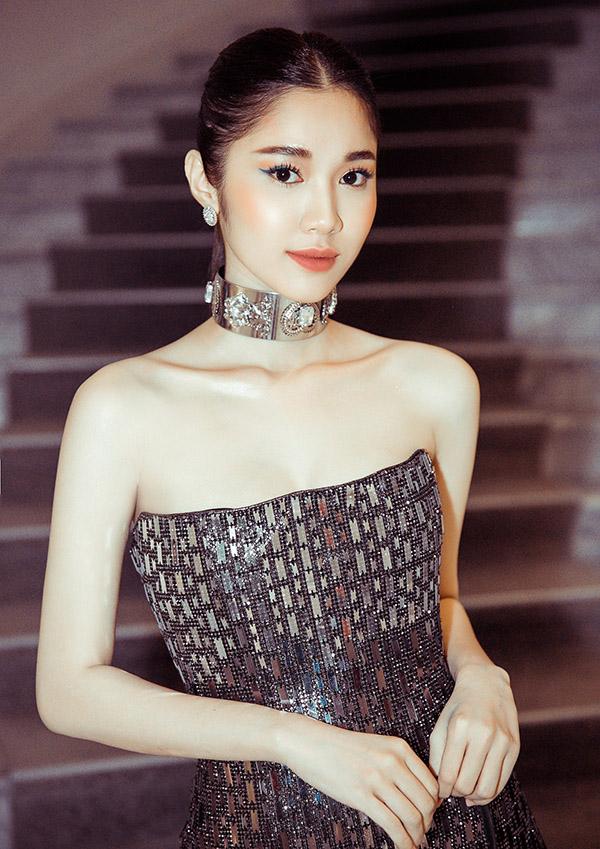 [CaptionNữ diễn viên Quỳnh Hương đàn em của Ngọc Trinh cũng xinh đẹp đầy thu hút với bộ ánh kim của Chung Thanh Phong. Đây là lần thứ 2 Quỳnh Hương tham dự Cannes, năm ngoái cô gây ấn tượng khi tham dự thảm đỏ Cannes đầy xinh đẹp,