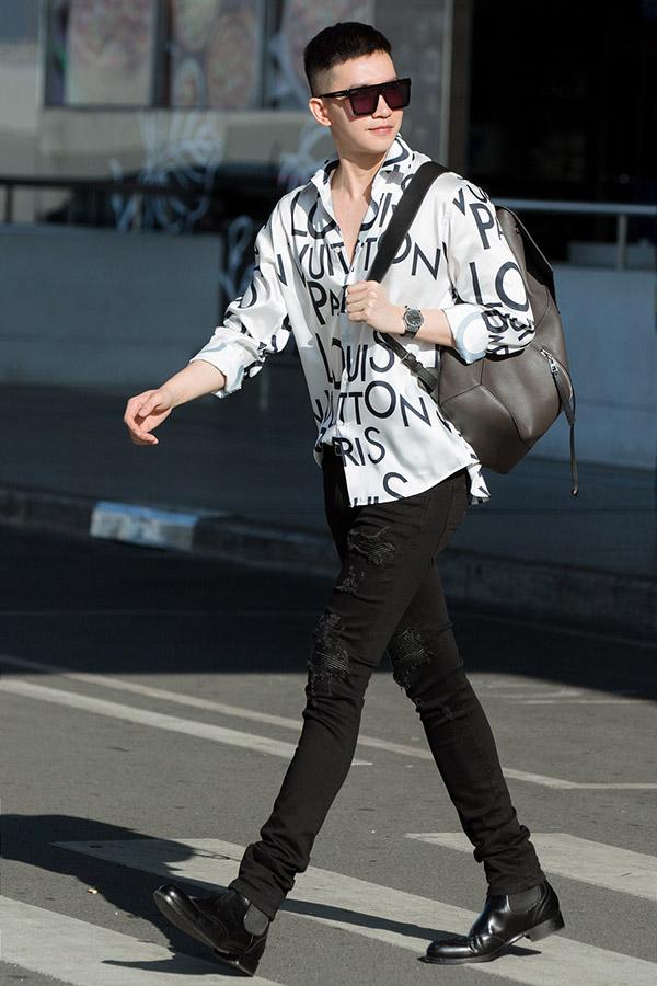 [Caption Theo đó, ngay từ khi ở sân bay chuẩn bị lên đường sang Paris, Võ Cảnh đã nhanh chóng thu hút sự chú ý khi diện trang phục cực chất. Nam diễn viên kết hợp áo sơ mi của Louis Vuitton cùng quần jeans skiiny, giày da cực nam tính mà vẫn không kém phần năng động. Được biết, Võ Cảnh gần như là sao nam duy nhất của Vbiz được mời tới dự LHP Cannes năm nay và đi thảm đỏ. Theo dự kiến, Võ Cảnh sẽ dự thảm đỏ LHP Cannes vào ngày 21 tới (giờ địa phương).