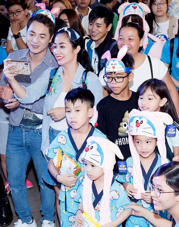 Diễn viên Ốc Thanh Vân cùng 3 con hào hứng dự sự kiện điện ảnh tổ chức trưa 19/5 ở TP HCM.