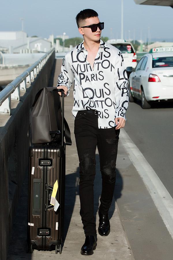 Anh mang theo hành lý khá gọn nhẹ cho chuyến điPháp.