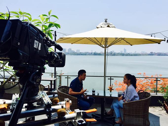 Thu Quỳnh và Tuấn Tú tại bối cảnh gần Hồ Tây trưa ngày 18/5.