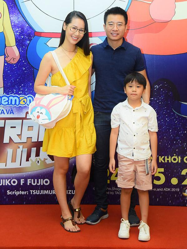 Hoa hậu Dương Thùy Linh rạng rớ bên ông xã và con trai.
