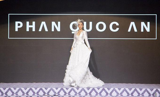 Với nhiều năm kinh nghiệm, Hoa hậu trình diễn tự tin, xử lý khéo léo phần tà váy dài quét đất.