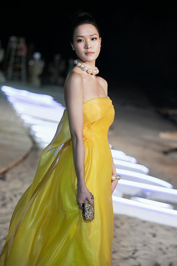Xuất hiện cùng dàn người mẫu chuyên nghiệp tại show diễn hoành tráng, nhưng Thuỳ Dung không hề kém cạnh về thần thái và lối trình diễn catwalk.