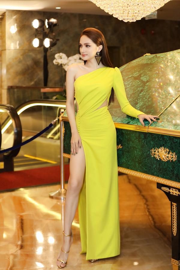 Tham dự một sự kiện ở TP HCM chiều 16/5, Hoa hậu Hương Giang nổi bật trong thiết kế lệch vai cắt xẻ gợi cảm.