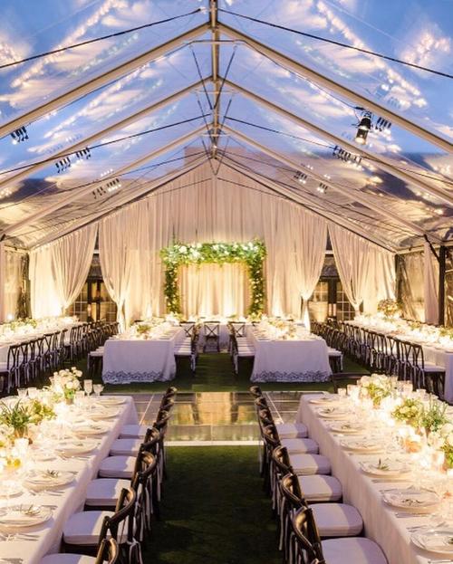 Sau khi thực hiện nghi lễ cưới, uyên ương mời khách thưởng thức tiệc trong nhà kính. Không gian được bài trí đơn giản với tông trắng, xanh lá cây theo phong cách tối giản.