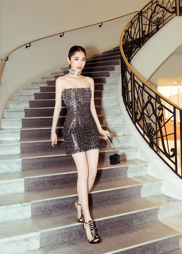 Đồng hành cùng Ngọc Trinh, người đẹp Quỳnh Hương chọn trang phục bắt sáng lấp lánh của Chung Thanh Phong, kết hợp phụ kiện ăn ý để khẳng định dấu ấn.