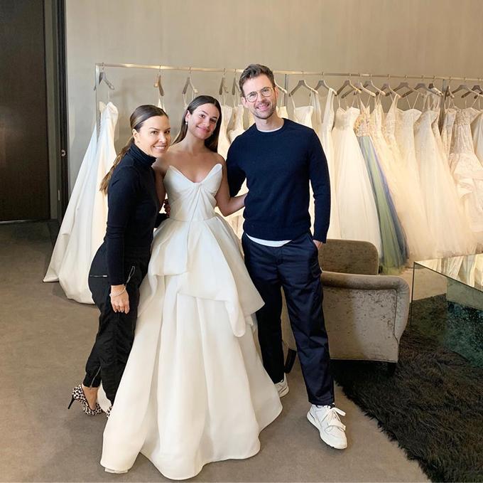 Trong ngày trọng đại, cô dâu chọn diện váy tối giản của Monique Lhuillier. Bộ đầm mang dáng cúp ngực và có dáng xòe.