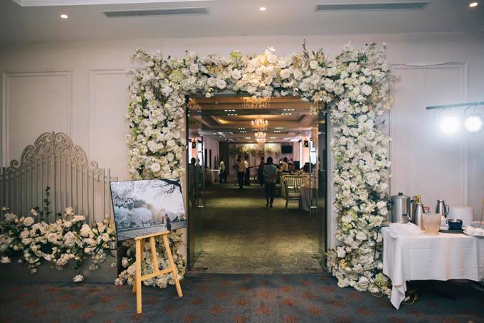 Đám cưới mang tông trắng, xanh lá vàvàng đồng mang đến sự sang trọng, cổ điển.Các chi tiết trang trí đám cưới nằm trong gói dịch vụ của khách sạn - nơi diễn ra tiệc cưới.