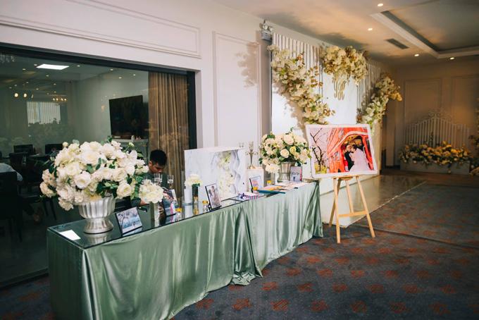 Khu vực bàn gallery được trang trí với bộ ảnh pre wedding (tiền đám cưới) được thực hiện ở Hàn Quốc của cô dâu chú rể.